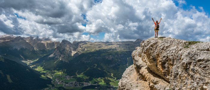 Mulher no alto da montanha